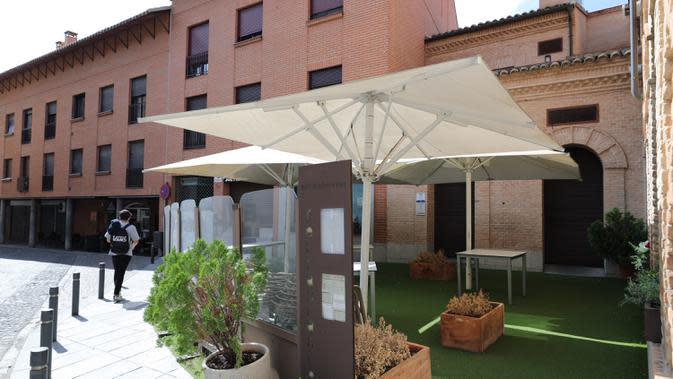Sebuah restoran yang ditutup untuk sementara terlihat di Toledo, Spanyol, pada 22 September 2020. Pariwisata di Toledo terdampak keras oleh pandemi COVID-19. (Xinhua/Meng Dingbo)
