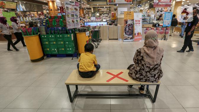 Pengunjung duduk dengan menjaga jarak atau physical distancing di supermarket AEON Mall BSD City, Tangerang, Rabu (3/6/2020). AEON Mall BSD City menerapkan physical distancing di beberapa tempat duduk untuk mengurangi penyebaran Covid-19. (Liputan6.com/Fery Pradolo)