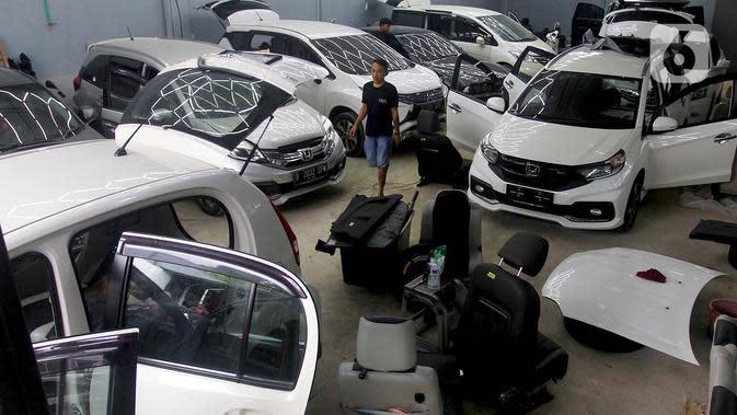 Suasana perbaikan mobil yang terkena banjir di bengkel Detailing, Shop, Garage (DSG) di kawasan Pondok Pinang, Jakarta, Kamis (9/1/2020). Biaya yang harus dikeluarkan pemilik mobil berkisar Rp 2 juta hingga Rp 6 juta tergantung tingkat kerusakan kendaraan. (merdeka.com/Arie Basuki)