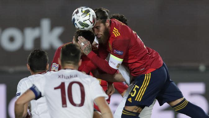 Bek Spanyol, Sergio Ramos menyundul bola saat bertanding melawan Swiss pada pertandingan UEFA Nations League di Alfredo Di Stefano, Madrid, Spanyol (10/10/2020). Madrid menang tipis atas Swiss 1-0. (AP Photo/Manu Fernandez)