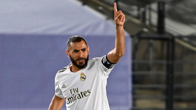 Striker Real Madrid, Karim Benzema, merayakan gol yang dicetaknya ke gawang Alaves pada laga lanjutan La Liga pekan ke-35 di Stadion Alfredo di Stefano, Sabtu (11/7/2020) dini hari WIB. Real Madrid menang 2-0 atas Alaves. (AFP/Gabriel Bouys)