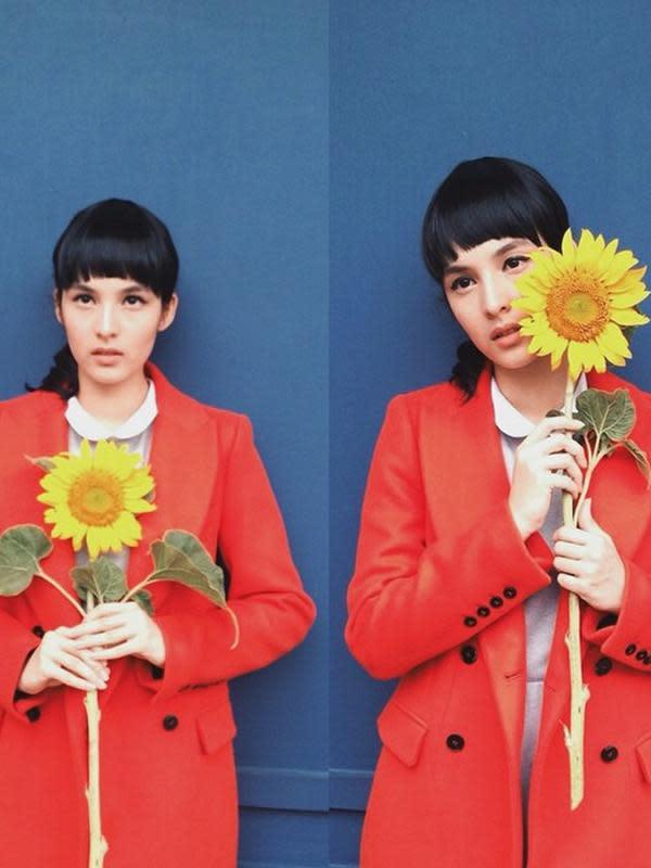 Melihat dari foto-foto yang diunggahnya, Chelsea yang dulu kala nampaknya senang dengan gaya rambut berpon. Seperti di foto ini, Chelsea dengan outfit merah meronanya makin terlihat colorful dengan bunga matahari yang dipegangnya. (Instagram/chelseaislan)