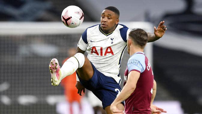 Pemain Tottenham Hotspur, Steven Bergwijn, mengontrol bola saat melawan West Ham United pada laga Liga Inggris Senin (19/10/2020). Kedua tim bermain imbang 3-3. (Neill Hall/Pool via AP)