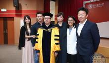 林百里喜獲第7座榮譽博士 次子攜妻到場觀禮