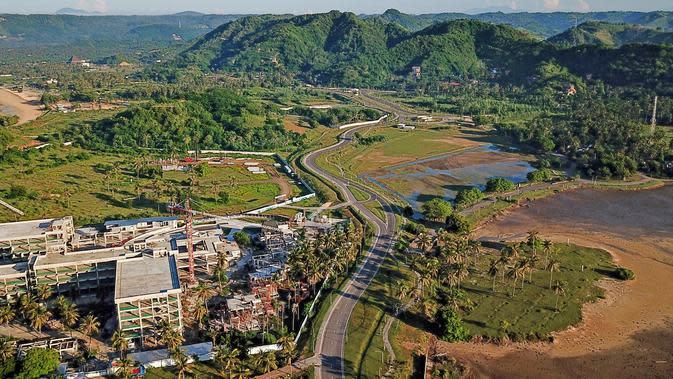 Proyek pengembangan pesisir Mandalika yang diusulkan menjadi lokasi balapan MotoGP di Mandalika, selatan Lombok, 23 Februari 2019. Penantian Indonesia selama lebih dari 2 dekade untuk kembali menggelar balapan MotoGP akhirnya terealisasi. (ARSYAD ALI/AFP)