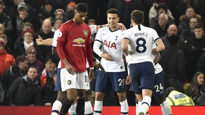 Gelandang Tottenham Hotspur, Dele Alli (tengah) berselebrasi dengan rekan-rekannya usai mencetak gol ke gawang Manchester United pada pertandingan lanjutan Liga Inggris di Old Trafford, Rabu (4/12/2019). MU menang tipis atas Tottenham 2-1. (AP Photo/Rui Vieira)