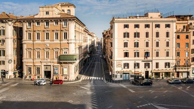 Foto udara pagi pada 30 Maret 2020, jalan utama Piazza Venezia dan Via del Corso yang sepi selama penerapan penutupan nasional atau lockdown di Roma. Roma menjelma bak kota mati pasca pemerintah Italia memberlakukan aturan lockdown untuk mencegah penyebaran virus corona. (Elio CASTORIA/AFP)