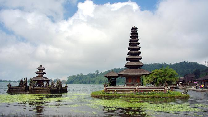 Danau Beratan (sumber: Pixabay)