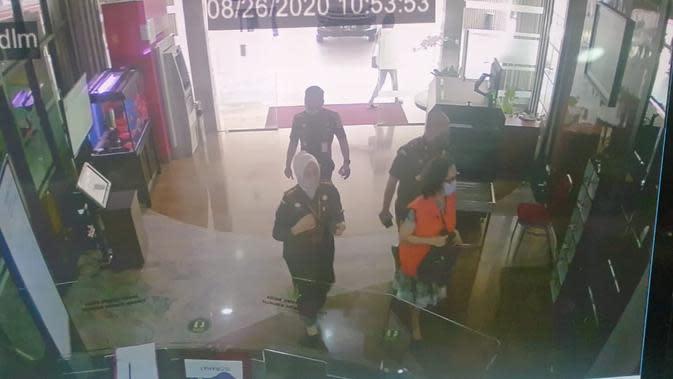 Tangkapan kamera CCTV menunjukkan Jaksa Pinangki Sirna Malasari mengenakan baju tahanan saat diperiksa penyidik Jampidsus Kejagung. (Sumber: MAKI)