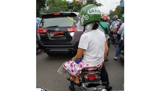 6 Kelakuan Cewek saat Pakai Helm di Jalan Ini Kocak (sumber: Instagram.com/awreceh.id)