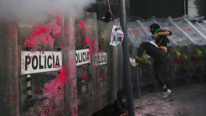 Demonstran hak-hak aborsi bentrok dengan polisi selama pawai Hari Dekriminalisasi Aborsi di Amerika Latin dan Karibia di Mexico City, Meksiko, Senin (28/9/2020). (AP Photo/Marco Ugarte)