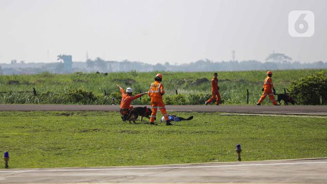 Anggota Polairud bersama tim SAR menunjukkan simulasi penyelamatan korban bencana saat perayaan HUT ke-69 Polairud di Mako Polairud, Pondok Cabe, Tangerang, Rabu (4/12/2019). Dalam simulasi tersebut turut dikerahkan helikopter hingga anjing K9. (Liputan6.com/Faizal Fanani)