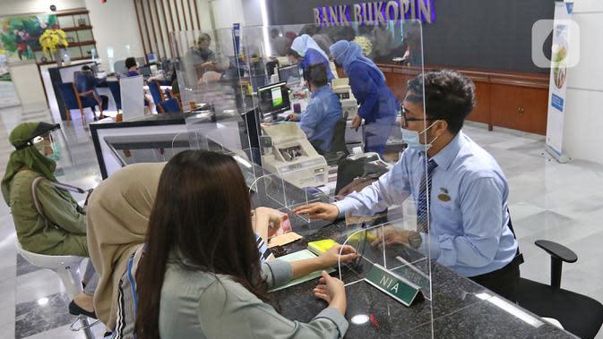 Suasana pelayanan nasabah di kantor pusat Bank Bukopin, Jakarta, Selasa (1/7/2020). Otoritas Jasa Keuangan (OJK) resmi memberikan pernyataan efektif pelaksanaan Penawaran Umum Terbatas kelima (PUT V) Bukopin, pada Selasa (30/6). (Liputan6.com/Herman Zakharia)