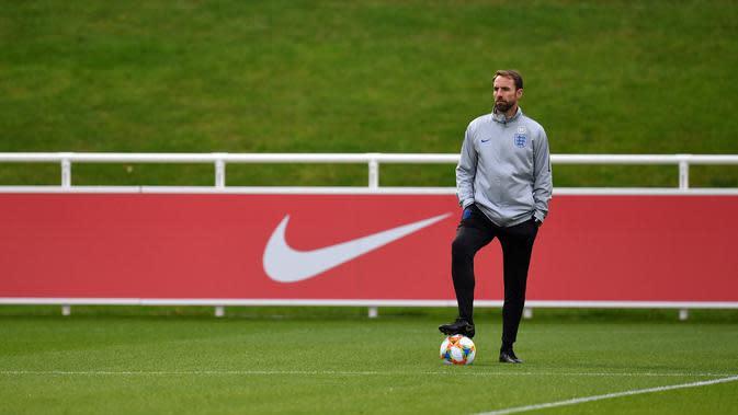 Pelatih Inggris, Gareth Southgate melihat pemainnya berlatih di St George's Park di Burton-on-Trent, Inggris tengah (7/10/2019). Inggris akan melawan Republik Ceko pada kualifikasi Euro 2020 di Praha. (AFP Photo/Paul Ellis)