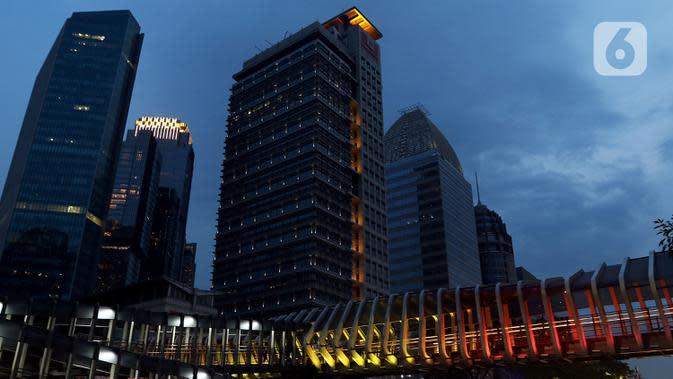 Suasana gedung perkantoran di Jakarta, Sabtu (17/10/2020). International Monetary Fund (IMF) memangkas proyeksi pertumbuhan ekonomi Indonesia 2020 menjadi minus 1,5 persen pada Oktober, lebih rendah dari proyeksi sebelumnya pada Juni sebesar minus 0,3 persen. (Liputan6.com/Johan Tallo)