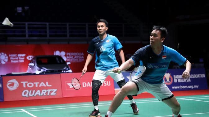 Aksi ganda putra Indonesia, Mohammad Ahsan/Hendra Setiawan, pada perempat final Malaysia Masters 2020, Jumat (10/1/2020). (PBSI)