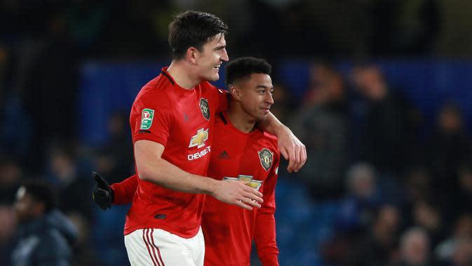 Bek Manchester United, Harry Maguire berselebrasi dengan Jesse Lingard (kanan) pada akhir babak keempat Carabao Cup di Stamford Bridge, Rabu (30/10/2019). MU melaju ke perempat final Carabao Cup setelah membekuk Chelsea 2-1. (AP/Ian Walton)