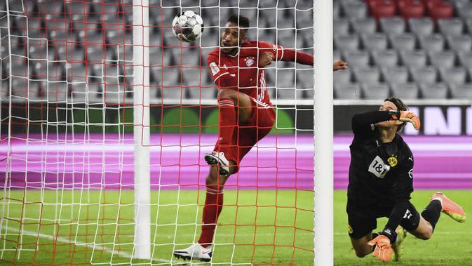 Gelandang Bayern Munchen, Corentin Tolisso, mencetak gol ke gawang Borussia Dortmund pada laga Piala Super Jerman di Allianz Arena, Kamis (1/10/2020) dini hari WIB. Bayern Munchen menang 3-2 atas Borussia Dortmund. (Sven Hoppe/Pool via AP)
