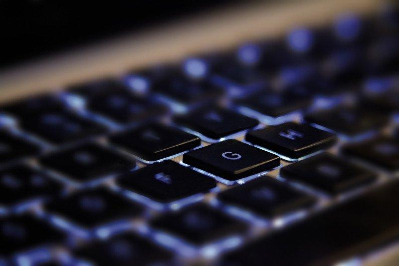 Cara membersihkan keyboard komputer di rumah