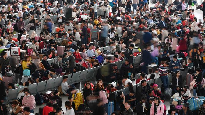 Orang-orang menunggu kereta api di Stasiun Kereta Selatan Guangzhou saat arus mudik Tahun Baru Imlek di Guangzhou, Provinsi Guangdong, China selatan (16/1/2020). Tahun Baru Imlek jatuh pada 25 Januari tahun ini. (Xinhua/Liu Dawei)