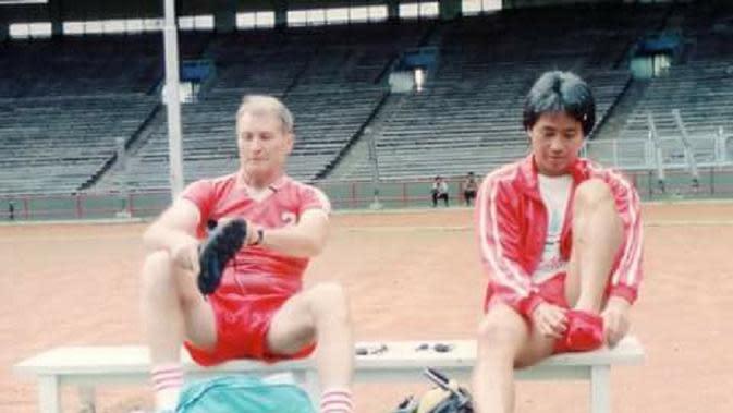 Pelatih Timnas Indonesia, Anatoli Polosin, saat bersama asisten pelatih, Danurwindo, dalam sesi latihan tim. (Bola.com/Istimewa)