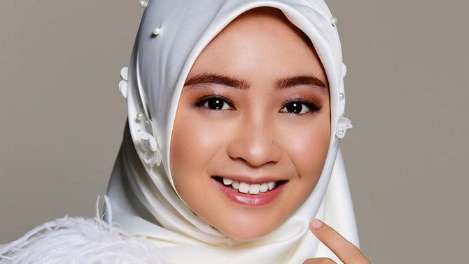 Gaya penampilan ibu satu anak ini dengan makeup tebal berhasil mencuri perhatian. Tak sedikit netizen yang menyebutnya makin cantik. Eyeshadow dan lipstik yang ia pilih kali ini juga tampak senada dan cocok. (Liputan6.com/IG/eganoviantika_98)