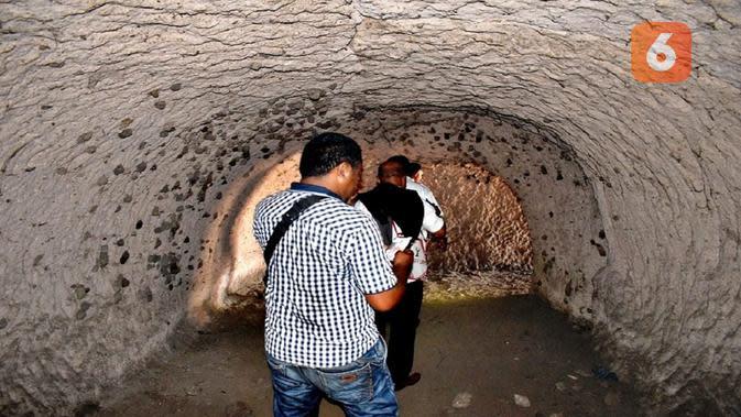 Foto: Jurnalis Liputan6.com bersama Tim Dinas Pariwisata Kabupaten Nagekeo, NTT saat mengunjungi bunker peninggalan Jepang (Liputan6.com/Dion)