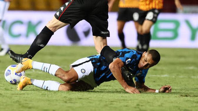 Penyerang Inter Milan, Alexis Sanchez terjatuh saat bertandang ke markas Benevento pada laga giornata kedua Serie A di Stadio Ciro Vigorito, Rabu (30/9/2020). Inter Milan tanpa kesulitan berarti mencukur tim promosi Liga Italia Benevento 5-2. (Alessandro Garofalo/LaPresse via AP)