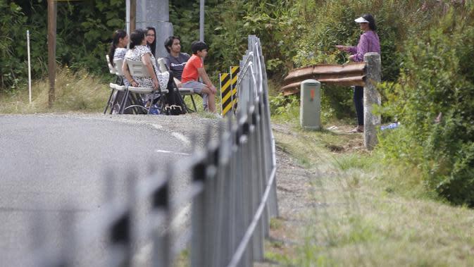 Sejumlah orang melakukan pertemuan keluarga dekat pagar kabel sepanjang perbatasan antara Kanada dan Amerika Serikat (AS) di Aldergrove, British Columbia, Kanada, 23 Agustus 2020. AS membangun pagar kabel guna membendung