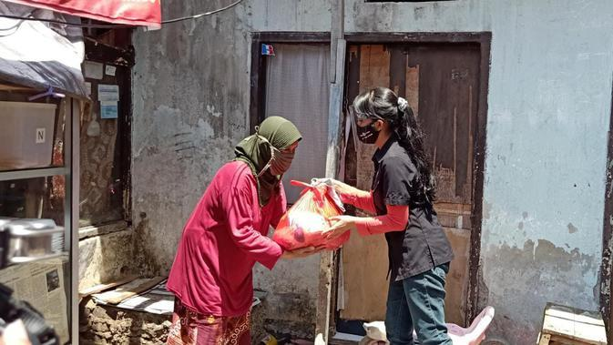 EMTEK Peduli Corona menyalurkan paket sembako ke masyarakat Kabupaten Bandung, Selasa (29/9/2020)