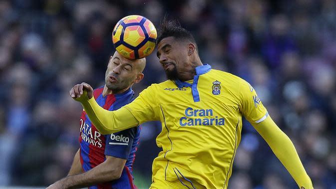 Duel pemain FC Barcelona, Javier Mascherano (kiri) dan pemain Las Palmas, Kevin- Prince Boateng pada laga La Liga di Camp Nou, Barcelona (14/1/2017). Barcelona menang 5-0. (AP/Manu Fernandez)