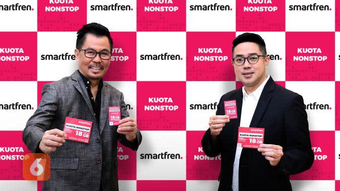 Deputy CEO Smartfren Djoko Tata Ibrahim dan Chief Brand Officer Smartfren Roberto Saputra meluncurkan Kuota Nonstop Smartfren (Foto: Smartfren)