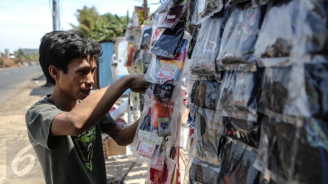 Pedagang saat menyiapkaan barang dagangannya di kawasan Kali Malang, Jakarta, Selasa (14/7/2015). Meskipun mendekati lebaran, omset mereka malah menurun.(Liputan6.com/Faizal Fanani)