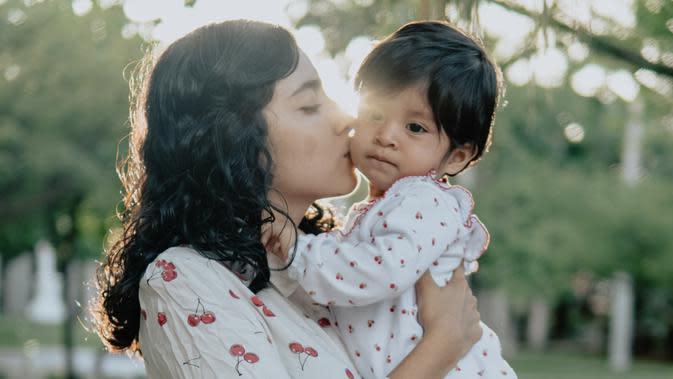 ilustrasi ibu dan anak/Photo by César Abner Martínez Aguilar on Unsplash