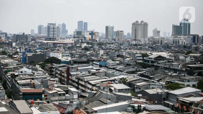 Pemandangan deretan gedung dan permukiman di Jakarta, Rabu (1/10/2020). Ekonomi Indonesia pada kuartal III 2020 membaik dari kuartal II 2020 lalu yang tumbuh minus 5,32 persen. (Liputan6.com/Faizal Fanani)