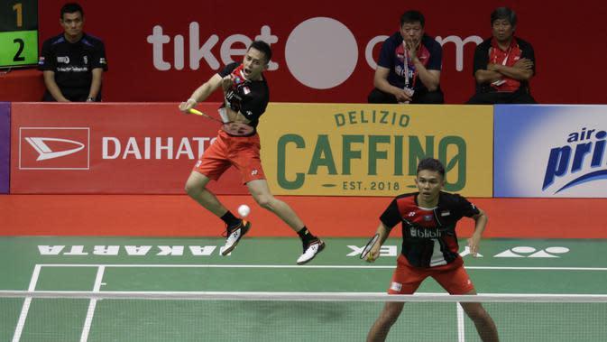 Ganda Putra Indonesia, Fajar Alfian/Muhammad Rian Ardianto, saat melawan wakil Jepang, Akira Koga/Taichi Sato, pada laga Indonesia Masters di Istora, Jakarta, Rabu (15/1/2020). Fajar/Rian menang 21-19, 16-21, dan 21-13. (Bola.com/M Iqbal Ichsan)