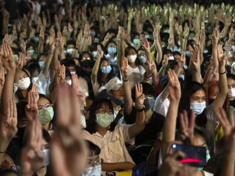 不滿政府獨裁腐敗 泰國逾萬人上街爭民主
