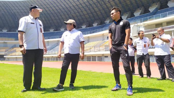 Pemkot Bandung dan perwakilan PT Persib Bandung Bermatabat meninjau Stadion Gelora Bandung Lautan Api, Selasa (14/1/2020). (Bola.com/Erwin Snaz)