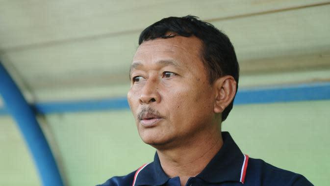 Pelatih Pra PON Papua, Djoko Susilo melihat Arema kehilangan karakter saat menang tipis 1-0 atas tim asuhannya. (Bola.com/Kevin Setiawan)