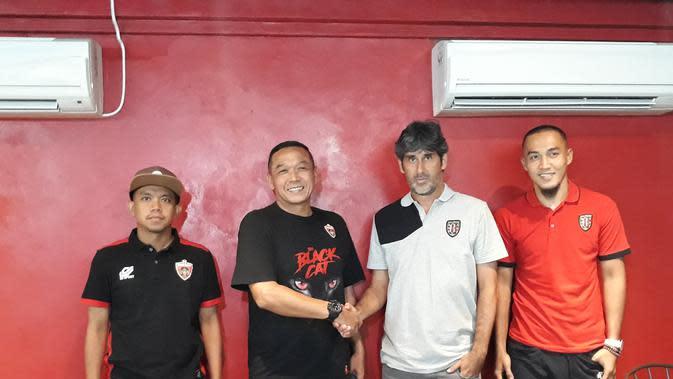 Pelatih Blitar United, Bonggo Pribadi (kedua dari kiri) dan Stefano Cugurra (pelatih Bali United) saat jumpa pers, Kamis (31/1/2019). (Liputan6.com/Dewi Divianta)