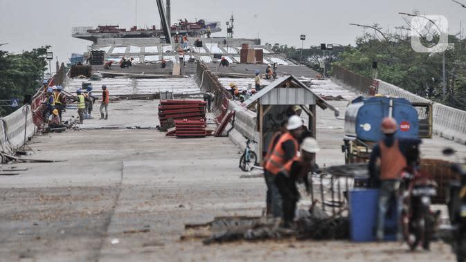Aktivitas pekerja saat menyelesaikan proyek pembangunan jalan layang atau Flyover Cakung, Jakarta, Kamis (2/7/2020). Proyek flyover berbiaya Rp261 miliar itu ditargetkan rampung Desember 2020 dan diharapkan mampu mengurai titik kemacetan akibat perlintasan sebidang. (merdeka.com/Iqbal S Nugroho)