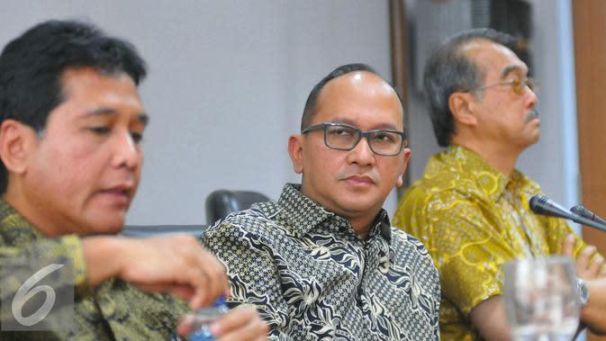 Ketua Umum Kadin Indonesia, Rosan P Roeslani (tengah) saat menggelar konferensi pers terkait rencana Aksi 2 Desember di Jakarta, Selasa (29/11). (Liputan6.com/Angga Yuniar)