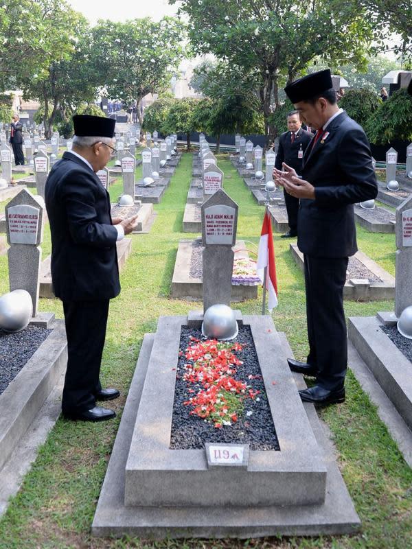 Usai upacara, Jokowi dan Maruf Amin menabur bunga di beberapa makam para pahlawan.