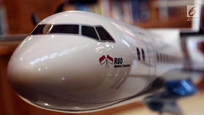 Replika Pesawat R80 dipamerkan saat penandatanganan Partneship Agreement dengan investor R80, Jakarta, Kamis (22/2). Ilham menuturkan, kehadiran kedua perusahaan tersebut membantu mengembangkan dan membuat R80. (Liputan6.com/JohanTallo)