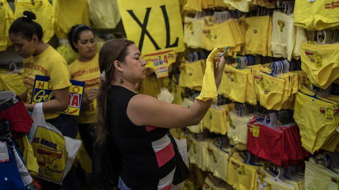 Celana dalam berwarna kuning yang dijajakan pedagang di Medellin, Kolombia, Jumat (29/12). Di Kolombia, tradisi mengenakan celana dalam berwarna kuning saat malam Tahun Baru dianggap dapat membawa kemakmuran dan keberuntungan. (Joaquin SARMIENTO / AFP)