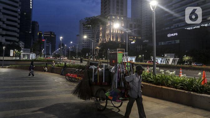Suasana Jalan Jenderal Sudirman, Jakarta, Sabtu (26/9/2020). Berdasarkan data pemerintah, jumlah kasus kumulatif positif COVID-19 hingga Sabtu (26/9/2020) mencapai 271.339 dan Jakarta kembali jadi provinsi penambahan kasus Covid-19 tertinggi. (Liputan6.com/Johan Tallo)