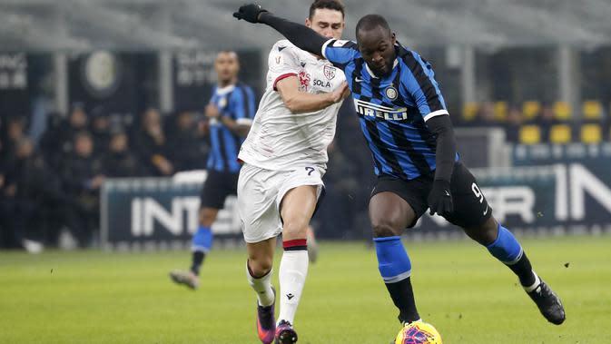 Striker Inter Milan, Romelu Lukaku, melepaskan tendangan saat melawan Cagliari pada laga Coppa Italia di Stadion Giuseppe Meazza, Rabu (15/1/2020). Inter Milan menang 4-1 atas Cagliari. (AP/Antonio Calanni)