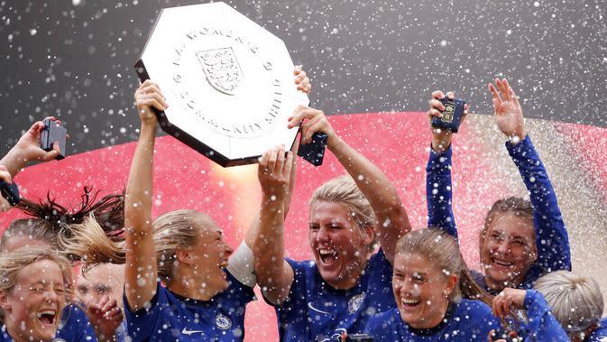 Para pemain Chelsea mengangkat trofi saat melakukan selebrasi usai menjuarai FA Women's Community Shield di Stadion Wembley, Sabtu (29/8/2020). Chelsea menang 2-0 atas Manchester City. (Justin Tallis/Pool via AP)