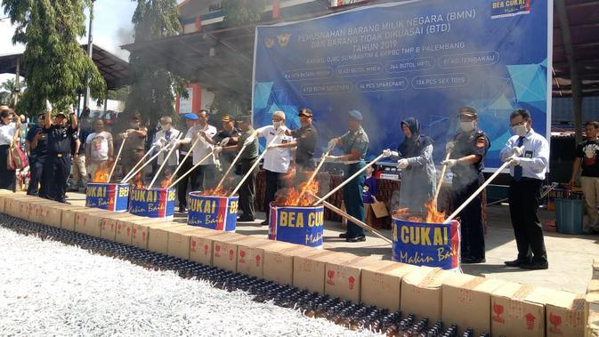 Ratusan barang ilegal dimusnahkan Kanwil DJBC Sumbagtim (Liputan6.com / Nefri Inge)