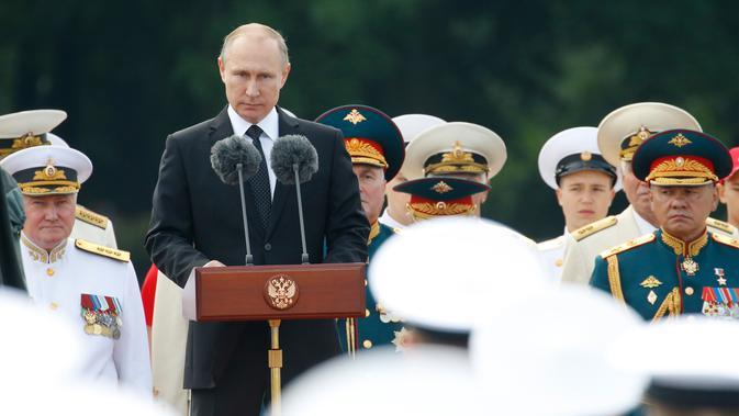 Presiden Rusia Vladimir Putin memberi sambutan saat perayaan Hari Angkatan Laut di St.Petersburg, Rusia, Minggu (30/7). Sebanyak 50 kapal perang dan kapal selam unjuk gigi di Sungai Neva dan Teluk Filandia. (AP/Alexander Zemlianichenko)